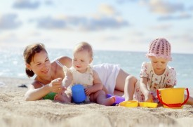 выводите ребенка на пляж либо рано утром, либо под вечер и тщательно следите за тем, чтобы он не обгорал